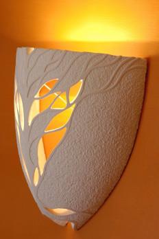 Lampade a parete per l'illuminazione di interni sia classici che moderni. Le forme sono svariate, ed il decoro arricchito da delicati trafori, geometrici o richiamanti la natura, creano atmosfere suggestive.